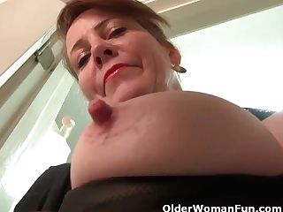 Yankee Cougar Brie Bently Plays With Her Meaty Cunt Lips